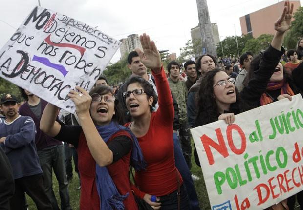 Paraguaios protestam nesta sexta-feira (22) na Praça das Armas, em frente ao Parlamento, em Assunção, contra o processo de impeachment de Fernando Lugo (Foto: AFP)