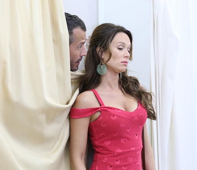 Tancinha faz doce e se nega a ver o noivo pronto (Foto: Carol Caminha/Gshow)