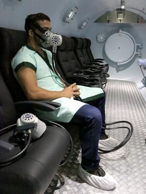 Patricio Pitbull realiza tratamento em câmara hiperbárica, em Natal (Foto: Demis Roussos)