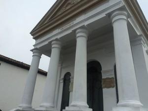 Templo que guarda o busto de General Labatut, no bairro de Pirajá, em Salvador (Foto: Henrique Mendes/G1)