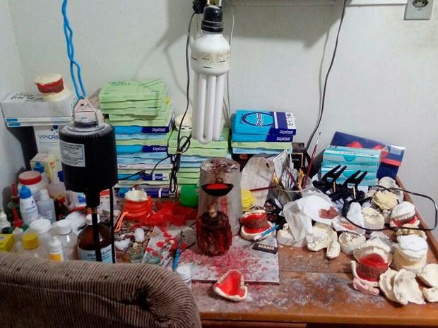 Equipamentos e materiais encontrados com falso dentista que foi preso após denúncia anônima em cidade da Bahia (Foto: Divulgação/CRO-BA)