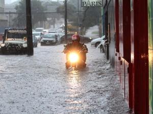 Motoqueiro passa por rua alagada em Curitiba, no Paraná. Segundo o Sistema Meteorológico do Paraná a cidade registrou um volume de chuva de 28 milímetros (Foto: Franklin de Freitas/Estadão Contéudo)