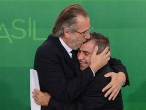 O ministro Miguel Rossetto (esq.) abraça Gilberto Carvalho na cerimônia de transmissão de cargo da Secertaria-Geral da Presidência (Foto: Wilson Dias / Agência Brasil)