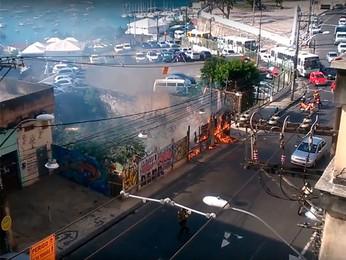 Incêndio destrói vegetação ao lado de estacionamento na R. Carlos Gomes (Ubirajara Martins/Arquivo pessoal)
