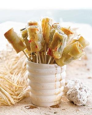 Charutos de massa filo com chocolate e castanhas servidos com xarope picante  (Foto: Casa e Comida)