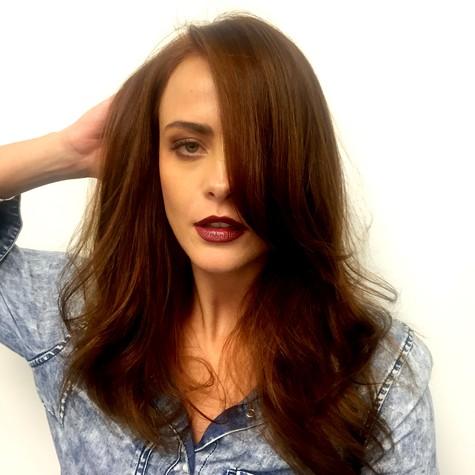 Juliana Silveira pinta cabelos de ruivo (Foto: Divulgação)