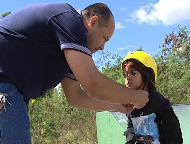 Davi Cota e o pai no Campeonato Mineiro de Skate #VempraPista em Divinópolis (Foto: Reprodução/TV Integração)