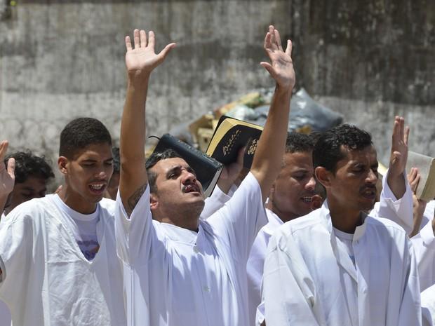 Emocionados, presos entoam louvores durante cerimônia (Foto: Andréa Tavares/G1)