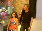Mais magro, Boninho passeia com a filha em shopping