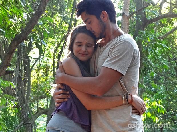 Lili e Marlon choram durante o 'velório' de William (Foto: Além do Horizonte/TV Globo)