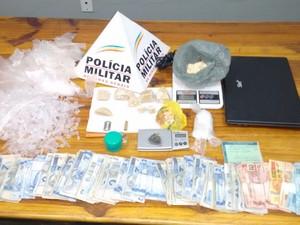 Drogas, Dinheiro e Dois Veículos were apreendidos (Foto: Polícia Militar / Divulgação)