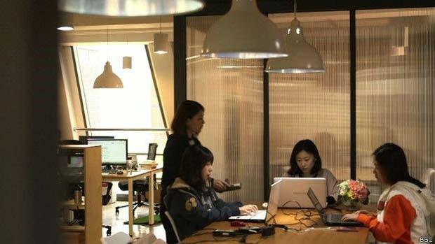 Equipe de Lee trabalhando na Flitto (Foto: BBC)