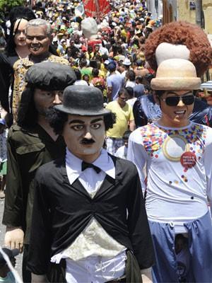 Bonecos arrastam foliões no Sítio Histórico (Foto: Diego Moraes/ G1)