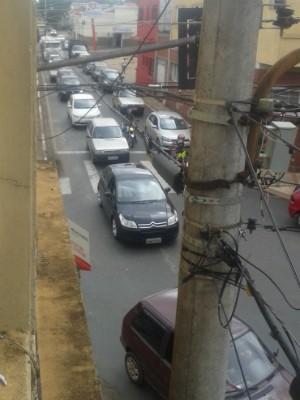 Carreta provocou bloqueio no trânsito (Foto: Nilson Messias / TEM Você)