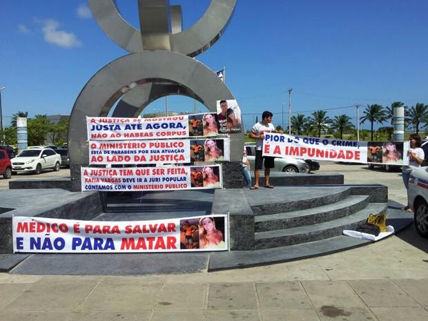 Familiares de irmãos mortos em Ondina fazem protesto em frente ao TJ (Foto: Ruan Melo / G1)