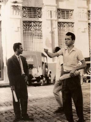Raimundo Jinkings em piquete na década de 1950, em frente ao Banco de Crédito da Amazônia, hoje Banco da Amazônia. (Foto: Arquivo Pessoal)