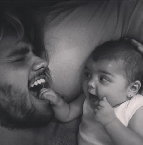 Felipe Simas com a filha  (Foto: Reprodução)