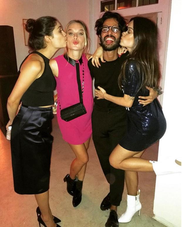 Sophie Charlotte, Fiorella Mattheis, fotógrafo André Nicolau e Thaila Ayala em festa no Rio (Foto: Instagram/ Reprodução)