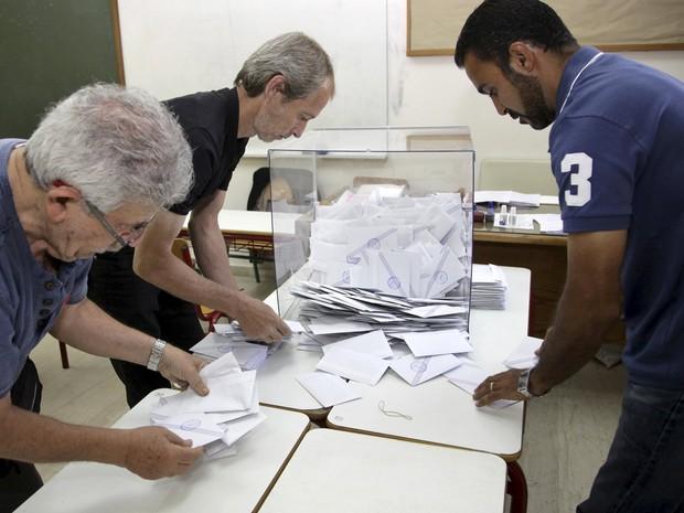 Votos são contados em Atenas neste domingo (Foto: Stefanos Rapanis/Reuters)