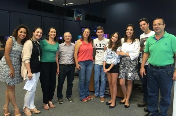 Guilher deu um giro pela redação e conversou com os jornalistas da TV TEM de Bauru (Foto: Reprodução/TV TEM)