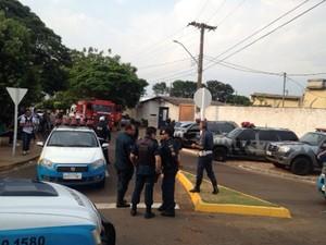 Policiais e Corpo de Bombeiros estão no local (Foto: Rodrigo Grando/ TV Morena)