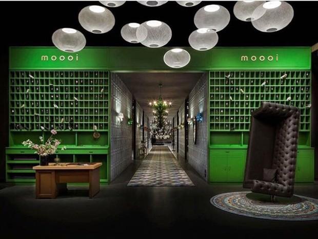 O galpão foi ambientado como um hotel. Na entrada, poltrona Charleston, de Marcel Wanders, lançada no ano passado; e luminárias NR2, de Bertjan Pot, que fazem parte da nova coleção. (Foto: Moooi/Reprodução)
