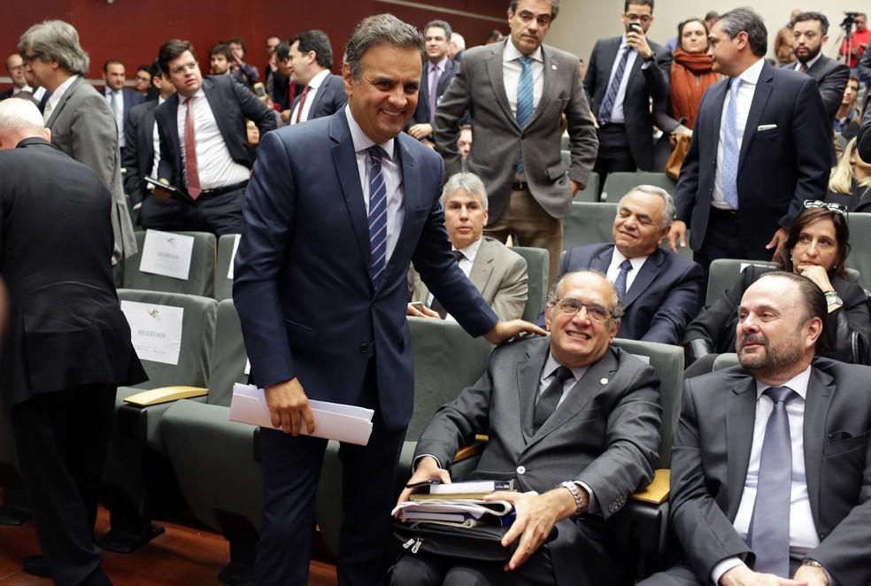 O senador afastado Aécio Neves e o ministro do STF Gilmar Mendes, em Portugal (Foto: Armando Franca/AP)