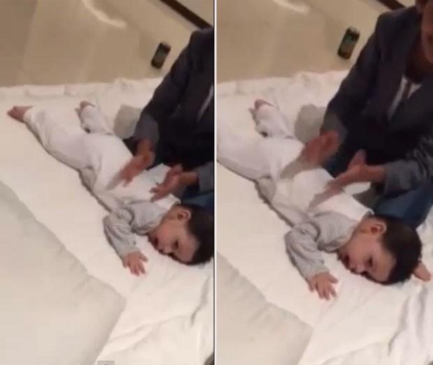 Bebê chora e 'reclama' quando adolescente para de fazer massagem (Foto: Reprodução/YouTube/New)