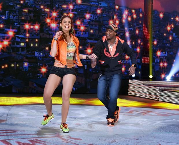 A alegria da atriz levantou a galera (Foto: Artur Meninea / TV Globo)