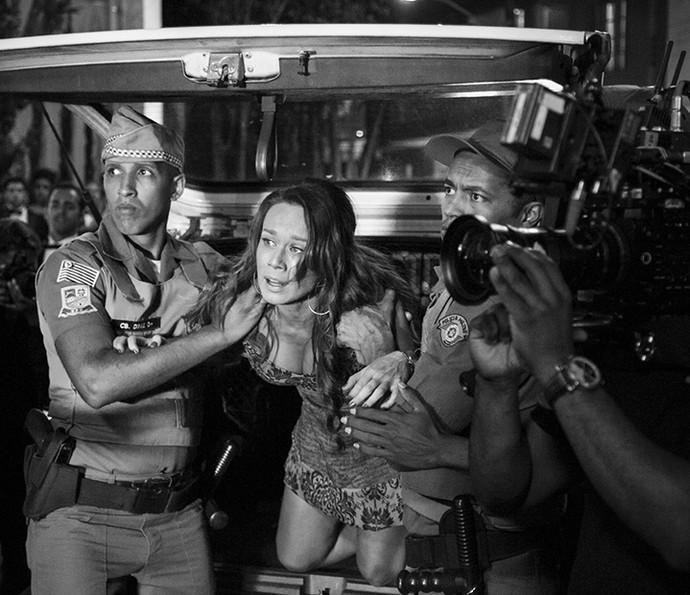 Gravando! Na pele de Tancinha, Mariana insiste em sair do camburão (Foto: Raphael Dias/Gshow)