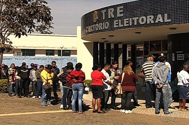 TRE de Aparecida de Goiânia tem fila para recadastramento biométrico (Foto: Reprodução/TV Anhanguera)