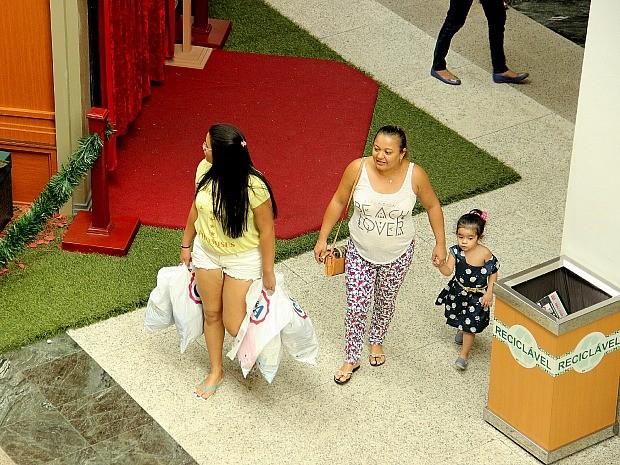 Consumidores encheram as sacolas na Black Friday (Foto: Marcos Dantas/G1 AM)