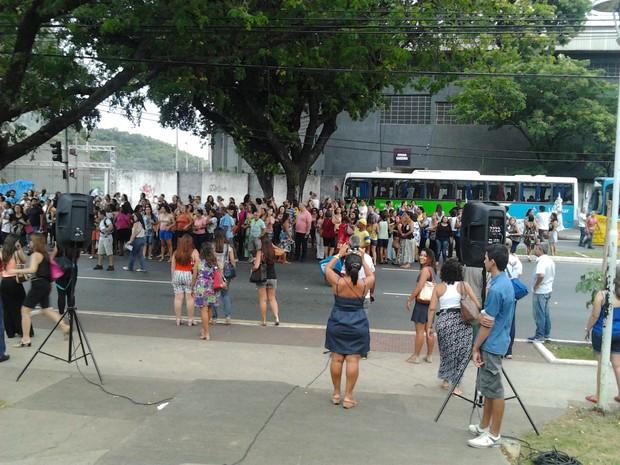 Parte de avenida Beira-Mar foi fechada durante a manifestação (Foto: Reprodução/TV Gazeta)