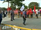Mulher leva pedrada durante protesto em frente a Fórum onde Lula iria depor