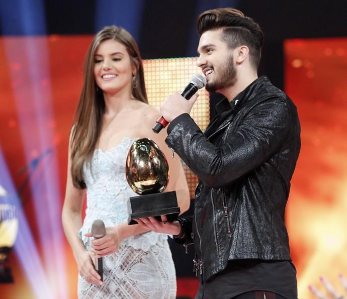 Luan Santana recebe o primeiro lugar de Camila Queiroz (Foto: Raphael Dias / Gshow)