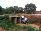 Dois carros caem em um córrego de Governador Valadares