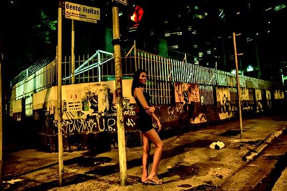 NA RUA  Como a maioria dos trans, Patrícia sofreu agressões em casa e na escola ao assumir a identidade transexual aos 16 anos (Foto: José Eduardo Cunha)