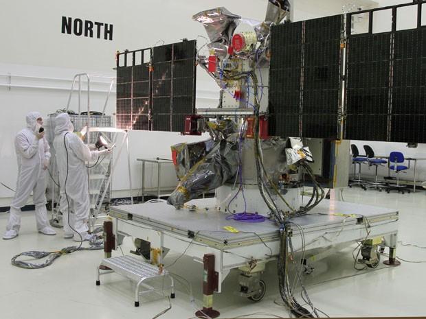Nesta foto de 24 de novembro de 2014, trabalhadores realizam teste de luz nos painéis solares do Observatório Climático Deep Space, em Titusville, Flórida (Foto: AP/NASA, Ben Smegelsky)
