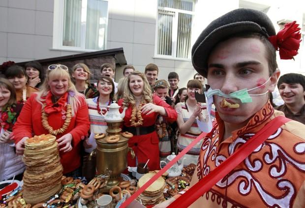 Fantasiados e maquiados, estudantes de medicina festejam o Maslenitsa, na cidade de Stavropol  (Foto: Eduard Korniyenko/Reuters)