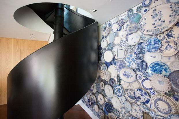 Sala ganha coleção de 300 pratos azuis expostos na parede (Foto: ©Marcelo Donadussi)