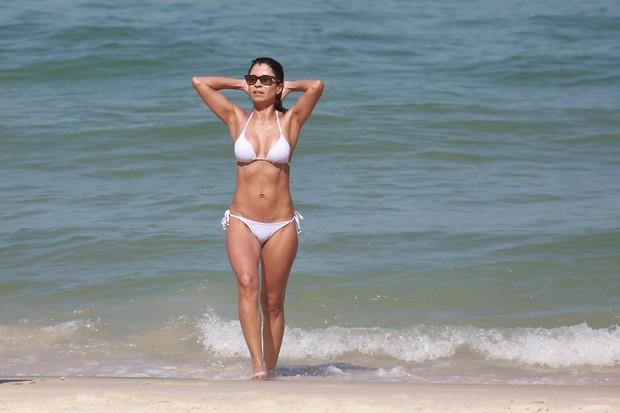 Anna Lima na praia (Foto: Dilson Silva / Agnews)