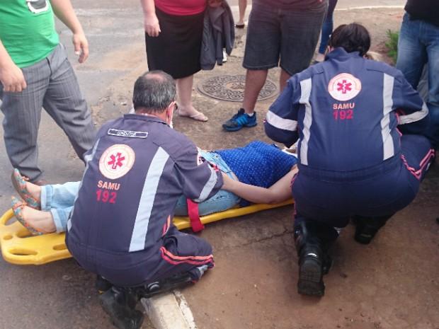 Passageira do carro foi atendida pelo Samu (Foto: Gláucia Souza / G1)