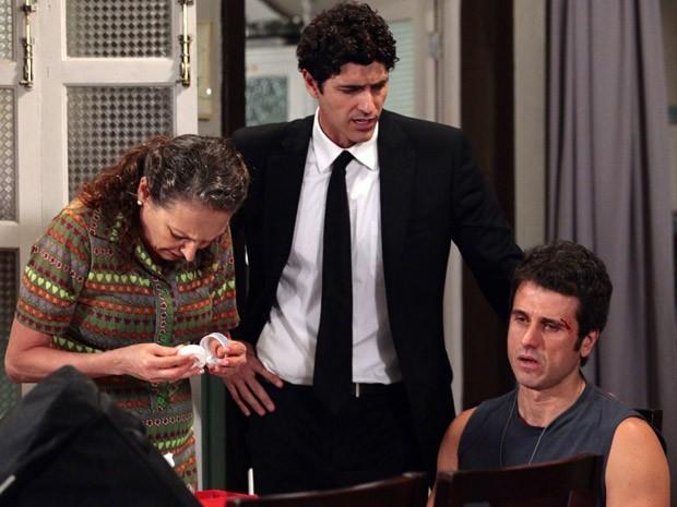 Ulisses fica arrasado após briga (Foto: Guerra dos Sexos / TV Globo)