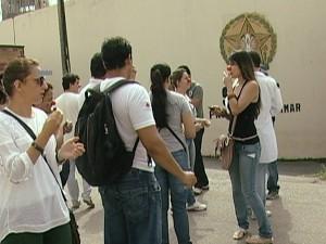 Manifestantes pedem equiparação salarial (Foto: Reprodução/TV Integração)