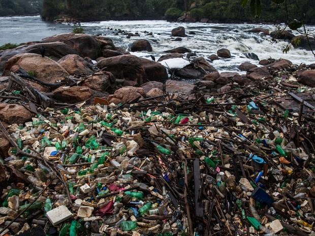 Rio Tietê em Salto, próximo ao bairro Pedregulho, centenas de garrafas PETs são acumuladas com a correnteza da água  (Foto: Victor Moriyama/G1)