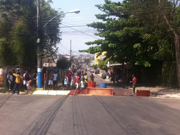 Amigos de infância fecham o trecho onde moravam os jovens mortos (Foto: Cristiane Cardoso/G1)