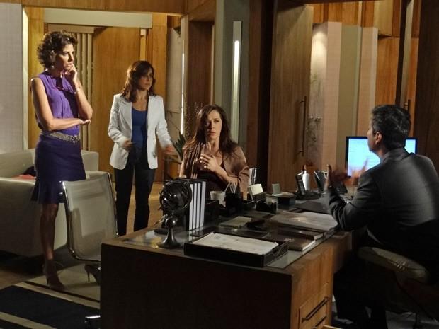 Lívia consegue enganar Stenio e Deborah (Foto: Salve Jorge/TV Globo)