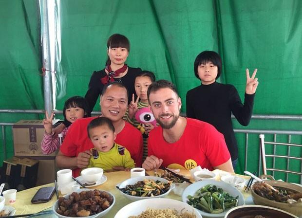 Matt com a família de Li na China (Foto: Qingqing Chen / BuzzFeed/ Arquivo pessoal)