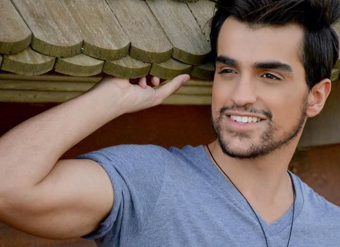 Para Matteus, ser modelo ajuda na carreira de cantor (Foto: Maju Sanchez)