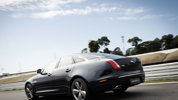 Jaguar XF 'versus' Jaguar XJ; veja fotos